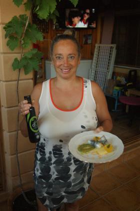 María de los Ángeles Martínez presenta su receta: Sardina marinada rellena de mermelada de kiwi y manzana con queso fresco.