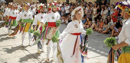 Los siete danzantes (seis hombres y la Dama) se convirtieron en los protagonistas de las fiestas de Sant Jaume de Algaida.