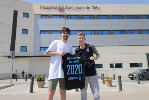 Jon Aurtenetxe y el director deportivo del Atlético Baleares, Patrick Messow, posan tras la presentación del futbolista en el Hospital Sant Joan de Déu.