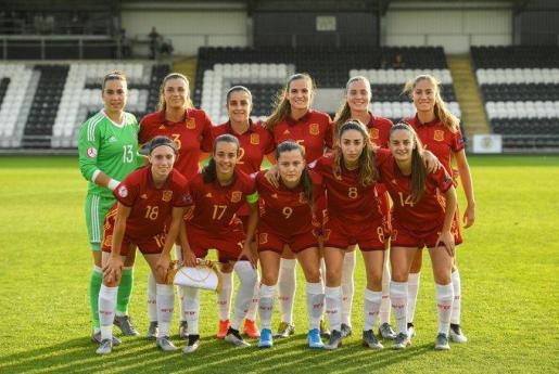 Imagen de la formación de la selección española sub 19 en las semifinales del Campeonato de Europa que se disputa en tierras escocesas con la portera mallorquina Cata Coll.