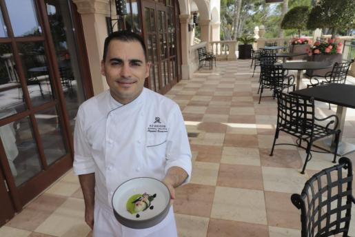 Jose Miguel Navarro, chef en Es Fum Restaurant, presenta la receta de Ostra Fine de Claire, salmorejo de jalapeño y ajo negro.