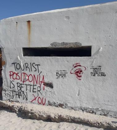Pintadas turismofóbicas sobre el muro de un bunker de es Trenc.