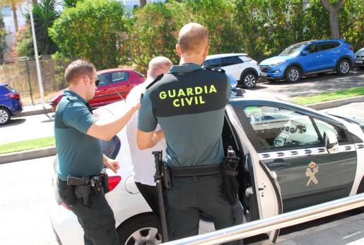 Uno de los detenidos en la operación antidroga en Magaluf, en el momento de ser introducido en el coche policial.
