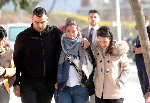 Llegada de los padres de Julen a los juzgados, José Roselló y Ana García.