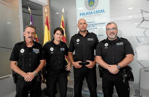 Los agentes de la pratulla nocturna de la Policía Local de Ibiza que se encargó de custodiar los huevos de la tortuga.