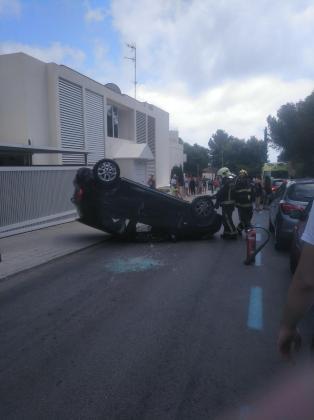 Imagen del vehículo volcado en Illetes.