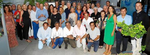 Fotografía de familia de los asistentes a la cena anual de la Academia, celebrada la noche del pasado jueves en el restaurante Schwaiger.