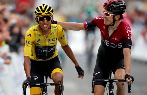 El colombiano Egan Bernal, a la izquierda, cruza la meta de la penúltima etapa junto a su compañero Geraint Thomas.