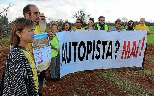Margalida Rosselló, en primer plano, en una protesta contra la carretera Llucmajor-Campos.