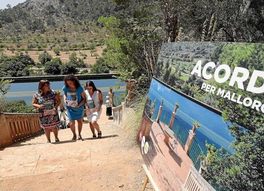 El pacto de gobierno del Consell firmado simbólicamente en Raixa se presentó como un compromiso hacia la sostenibilidad medioambiental tras la oposición frontal de los movimientos conservacionistas a la prolongación de la autopista hasta Campos.
