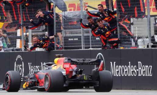 El holandés Max Verstappen cruza la línea de meta ante la alegría de los ingenieros del equipo Red Bull, este domingo, en el Gran Premio de Alemania celebrado en Hockenheim.