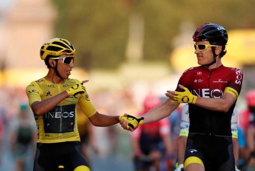 Egan Bernal recibe la felicitación de Geraint Thomas al atravesar la meta de París.