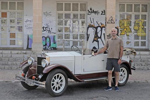 Alejandro Torrens, junto a su Fiat 509 de 1928.