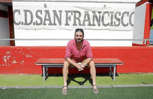 Amedeo Spadaro, presidente del CD San Francisco, en el campo de fútbol.