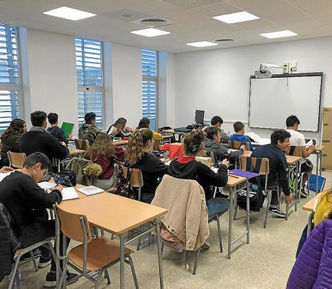 Alumnos en clase en el nuevo instituto de Santa Maria del Camí.