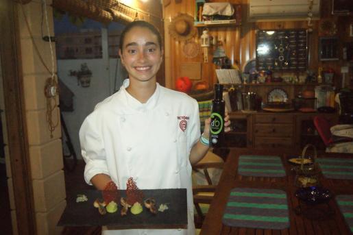 Victoria Ortega presenta su receta: Codorniz, emulsión de aguacate, perlas de Oli de Mallorca y coral de remolacha.