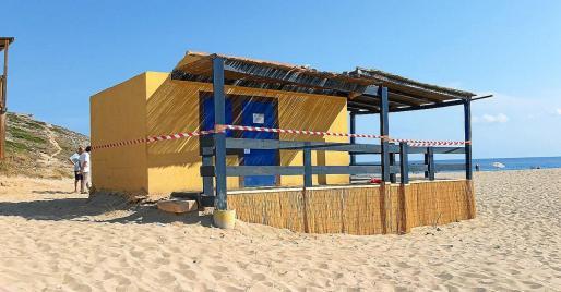 El actual chiringuito de Cala Torta ha sido precintado por Costas tras la caducidad de la concesión. Está a la espera de ser demolido.