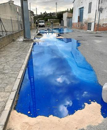 Una gran mancha azul puso en alerta a los vecinos de la calle Pere Capellà, que dieron la voz de alarma.