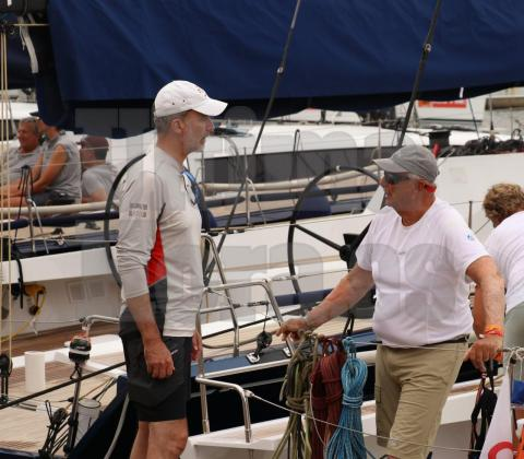El rey Felipe VI y Harald V de Noruega hablando tras la competición.