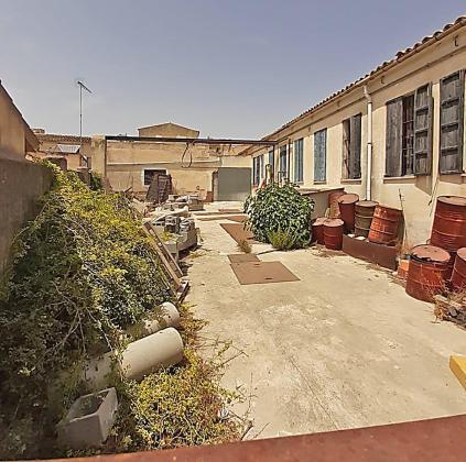 La antigua fábrica, ubicada entre la avenida de es Dau y la calle Pere Capellà de Montuïri, finalizó su etapa industrial como espacio de fabricación de colchones y espumas. Anteriormente y hasta finales de los años ochenta el edificio acogió una fábrica de hilos.