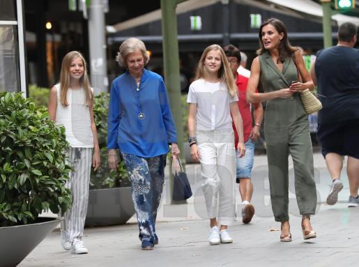 La reina Letizia, junto a sus dos hijas, Leonor y Sofía, y doña Sofía paseando por Palma.