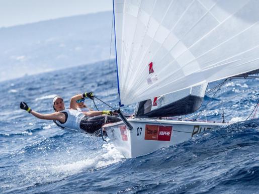El Dorsia Sailing Team durante una de las tres regatas celebradas durante la jornada de ayer. El barco de Ana Sánchez y Nuria Pujol se posicionó al frente de la clasificación de la Puro Beach Women's Cup desde el inicio de la competición y ha finalizado la primera fase de la 38 edición de la Copa del Rey con una amplia ventaja sobre sus perseguidores.