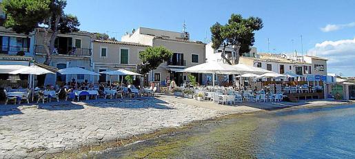 Las terrazas de los restaurantes ofrecen buenas vistas al mar.