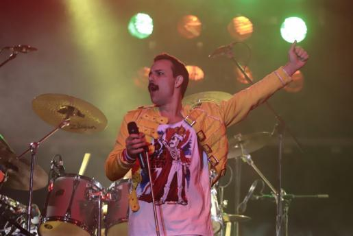 Un momento del concierto que reunió a dos mil fieles seguidores de Queen en el puerto de Calvià.