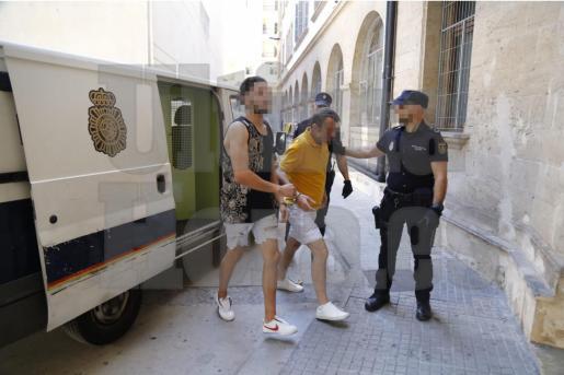 Se trata del cabecilla, un marroquí de 20 años. En la foto con camiseta de tirantes.