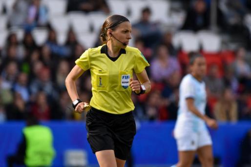 Frappart, de 35 años, fue la primera mujer en arbitrar un partido de la Ligue 1 francesa.