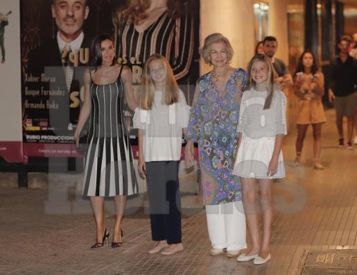La reina Letizia junto a doña Sofía y las pequeñas Leonor y Sofía, a la salida del Auditorium.