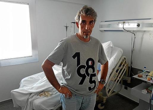 Andreu, padre del menor agredido, junto a su hijo en el hospital.