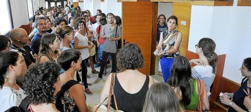 Docentes en el primer día de oposiciones, el pasado junio, esperando el acceso a las aulas para realizar las pruebas.