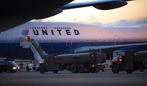 Detienen a dos pilotos de United Airlines por dar positivo en alcohol antes de un vuelo.