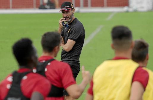 Vicente Moreno observa un entrenamiento del Mallorca.