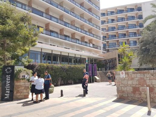 Imagen de los trabajadores retirando el cordón de seguridad instalado a la entrada del hotel, donde ha fallecido un turista al caer desde un balcón.