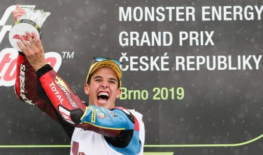 El piloto español de Moto2 Alex Márquez celebra en el podio tras ganar el Gran Premio de República Checa en el circuito de Masaryk, en Brno.