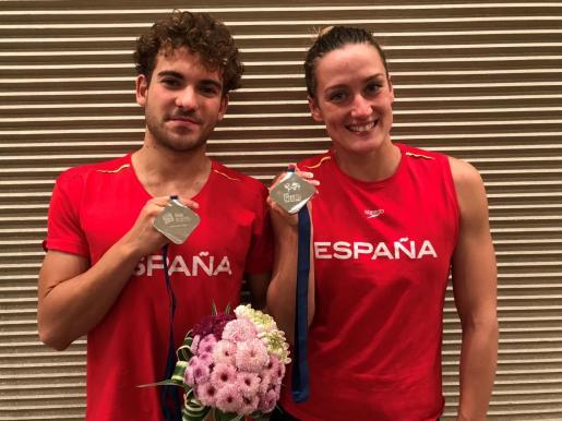 El mallorquín Joan Lluís Pons y Mireia Belmonte posan con las medallas de plata conseguidas en la Copa del Mundo de Tokio.