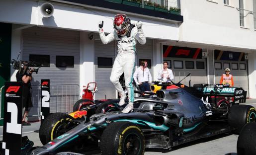 El piloto británico Lewis Hamilton celebra su victoria en el Gran Premio de Hungría celebrado en el circuito de Hungaroring.