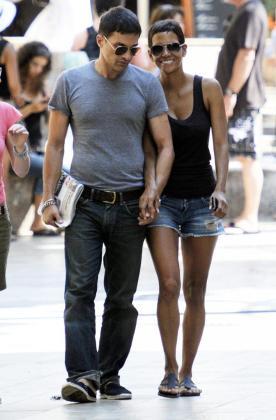 La actriz Halle Berry junto a Olivier Martínez en Sóller, durante el rodaje de la película 'Cloud Atlas'.