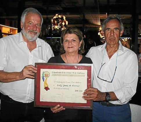 Luis y Lydia Corral recogieron el diploma en homenaje a su madre, Cati Juan, de manos de Biel Morell, presidente de la asociación.