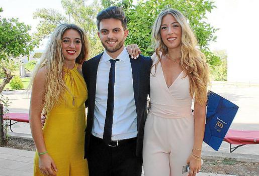Andreu Fornés con las gemelas graduadas María del Mar y Carmen Cardona.