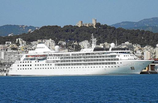 El crucero de lujo 'Silver Wind', atracado ayer en el puerto de Palma.