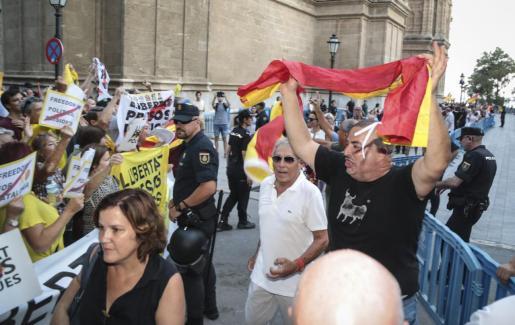 Imagen de la concentración de dos asociaciones en contra y a favor de la monarquía, durante la recepción de los Reyes en la Almudaina.