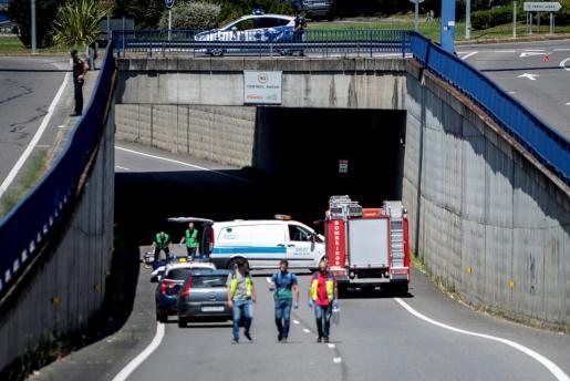 Efectivos de emergencias en el lugar donde dos personas, madre e hijo de 70 y 27 años, han fallecido después de que se precipitaran desde lo alto de una pasarela.