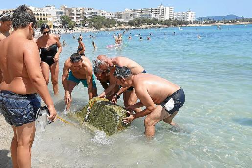 Este mismo fin de semana un grupo de vecinos sacaron este piedra de gran tamaño de la playa de s'Illot. Hay preocupación sobretodo para los bañistas más pequeños. En el fondo todavía se encuentran restos de la 'torrentada'.