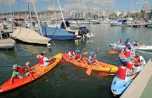 Un grupo de niños participa en una de las actividades de la escuela de verano del Real Club Náutico de Palma.