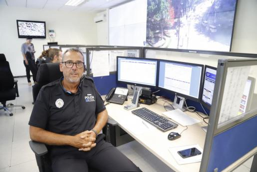 Xavi Sastre, en la sala de control de la emisora de la Policía Local de Palma, en Sant Ferran.