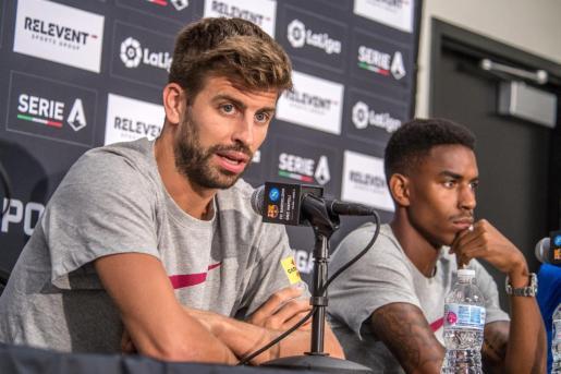 Los jugadores del Barcelona, Gerard Piqué (i) y Héctor Junior Firpo Adames (d), durante una rueda de prensa este martesen Miami.