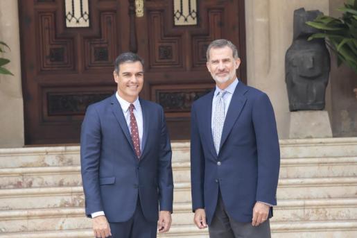 El presidente del Gobierno en funciones, Pedro Sánchez, y el Rey posan en Marivent ante los medios antes del inicio de la reunión.